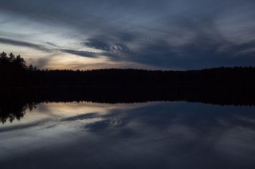 800px-Walden_Pond_at_Dusk_December_24,_2012-9928_02
